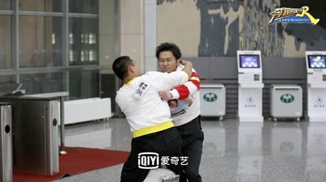稿件配图/李晨王彦霖撕名牌.jpg