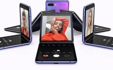 …æ¬¾Galaxy Z Flip手机呈现潘多拉紫和赛博格黑,以不同角度依圆形排开。从屏幕上可以看到男士自拍照,女士自拍照,以及不同女士的自拍照