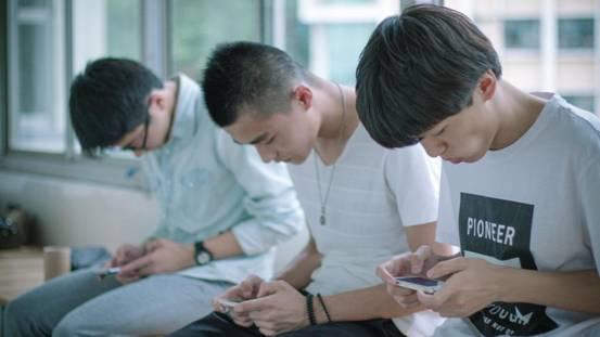 摄图网_500274645_banner_并排玩手机的男孩(非企业商用)